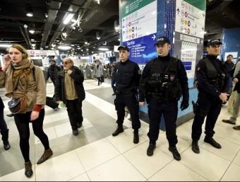 Agents de policia vigilen els vianants a la popular estació de Les Halles, al centre de París AFP