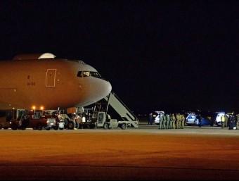 Les restes mortals de les estudiants italianes a la seua arribada a l'aeroport de Torí. EFE/ALESSANDRO DI MARCO