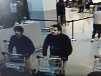D'esquerra a dreta, Laachraoui , Ibrahim El Bakraoui i un tercer home que encara estaà per identificar, a l'aeroport de Brussel·les EUROPA PRESS