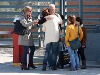 Surià, abraçant-se als amics i familiars que l'esperaven a la porta de la presó ACN