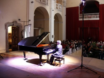 El pianista Daniel Ligorio interpretant el compositori Enric Granados a l'Auditori Municipal de Cervera en l'obertura del festival de Cervera ACN
