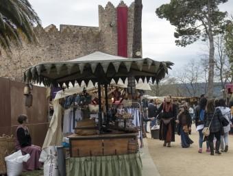 Una de les parades del mercat de Calonge, a tocar del Castell.  LURDES ARTIGAS / GLÒRIA SÁNCHEZ / ICONNA