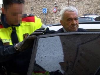 El detingut, sortint del cotxe policial davant els jutjats de Cervera ACN
