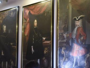 Alguns dels antics retrats dels Borbons penjats a les sales de la Paeria de Cervera. Felip VI ja no hi consta SANTI IGLESIAS