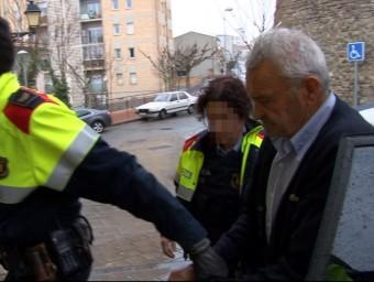 El detingut és conduit pels Mossos d'Esquadra dins els jutjats de Cervera ACNŠ