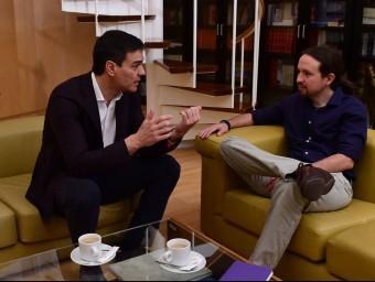 El líder del PSOE, Pedro Sánchez, parla amb Pablo Iglesias (Podem) durant la trobada mantinguda pels dos polítics aquesta setmana P.P. MARCOU / AFP
