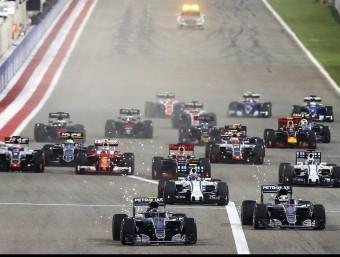 Rosberg ja ha superat Hamilton en la sortida i Bottas, tercer, és a punt d'envestir l'anglès EFE
