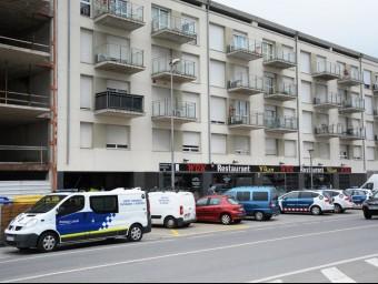 El bloc on hi ha la vintena de pisos ocupats il·legalment des de mitjans de gener de l'any passat, a l'avinguda Catalunya de Sant Antoni, ahir al matí EPA