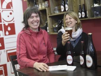 A la dreta, Belén Jürschik i Natàlia Muñoz a la Fundació Casa Dalmases, on també fan degustacions de la seva cervesa SANTI IGLESIAS