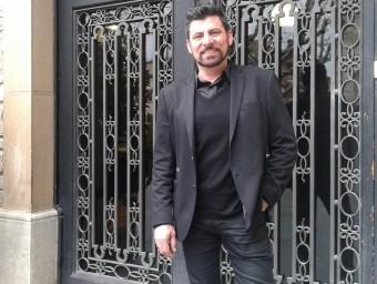 Joan Torres, alcalde de Sant Vicenç de Castellet, davant la porta de l'Ajuntament. M.VICENTE