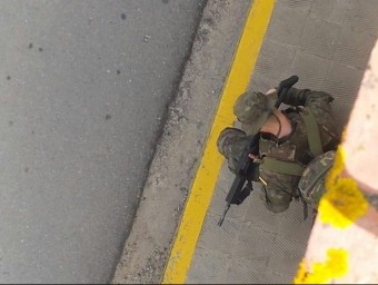 Una escena de la presència dels militars a Sant Climent Sescebes aquest passat dimecres EL PUNT HAVUI