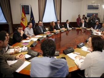 Un moment de la reunió a tres entre representants del PSOE, Podem i C's, aquest dijous al Congrés REUTERS