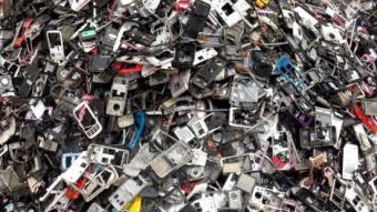 Carcasses de dispositius electrònics en un abocador després de ser reciclats ARXIU
