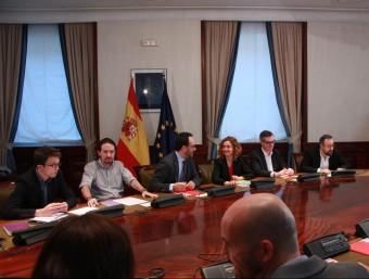 Íñigo Errejón i Pablo Iglesias (Podem); Antonio Hernando i Meritxell Batet (PSOE), i José Manuel Villegas i Juan Carlos Girauta (C's), durant la reunió a tres d'aquest dijous ACN
