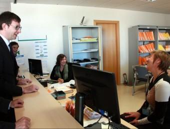 El conseller Carles Mundó durant la visita als jutjats d'Ampsota ahir al matí. ACN