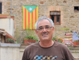 L'alcalde de Colomers, Josep Manuel López, davant l'estelada ecologista de casa seva E.A