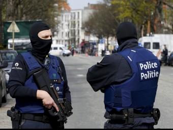 Agents de la policia belga vigilen una estació de metro, ahir a Brussel·les REUTERS