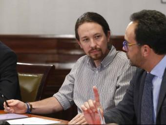 El líder de Podem, Pablo Iglesias, i el portaveu del PSOE, Antonio Hernando, durant la reunió a tres del passat dijous EFE