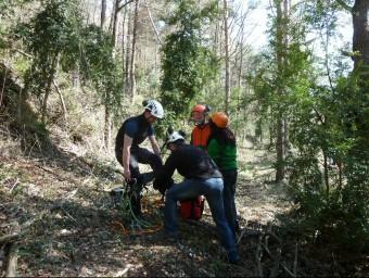 Un formador del Centre de Formació Forestal Especialitzada es col·loca els arnesos en una classe de trepa A A