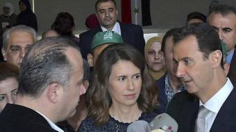 Al-Assad amb la seva dona, parla amb els mitjans després de votar EFE