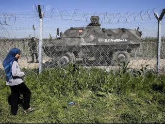 Un tanqueta de la policia de Macedònia vigila la tanca fronterera, a prop del campament d'Idomeni EFE