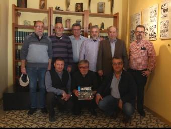 Antoni Mas, amb el llibre, envoltat dels músics a la presentació de Girona SARA CABARROCAS