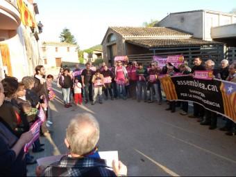 Un detall de la concentració de suport que es va dur a terme al davant de l'Ajuntament de Mieres. J.C