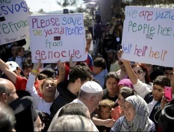El papa saluda alguns dels refugiats a Lesbos, que li reclama ajuda REUTERS