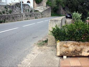 La jardinera contra la qual ha picat de cap el jove ciclista i la carretera on han succeït els fets aquest diumenge ACN