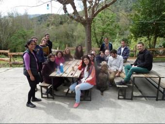 Els participants al projecte, als afores del mas Franc de Sant Feliu de Pallerols, on es duen a terme les sessions teòriques. J.C