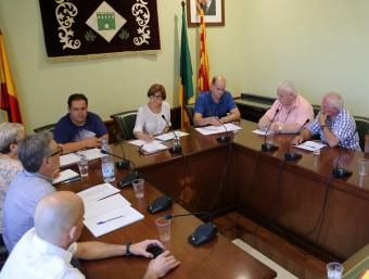 El ple de Palau saverdera en una imatge d'arxiu amb l'alcaldessa Isabel Cortada -al centre- i Narcís Deusedas -segons per la dreta- a l'oposició MANEL LLADÓ