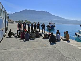 Agents de la Guarda Costera grega ajuden els nàufrags a desembarcar, al port de Kalamata EFE