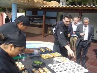 El xef Fran López mostra alguns dels plats que preparen a Villa Retiro. L.M