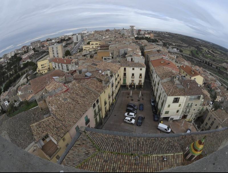 Vista de part del nucli antic de Cervera, amb la plaça Major en primer terme, que finalment no serà tancada al trànsit de vehicles SANTI IGLESIAS