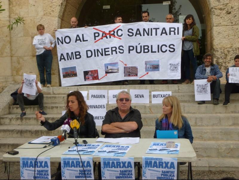 Els activistes, ahir, als serveis territorials de Salut J.C