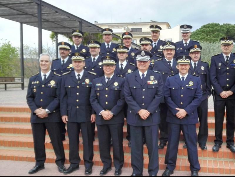 Els caps de policia posen junts davant de l'Ajuntament de Calonge, on ahir van celebrar la seva reunió anual. TRUASOLER