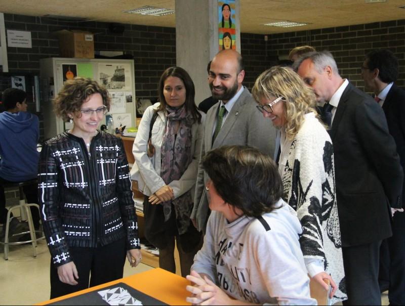 La consellera Ruiz acompanyada de la resta d'autoritats ahir a Calldetenes G.FREIXA