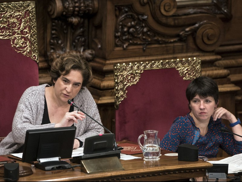 L'alcaldessa de Barcelona Ada Colau i la tinenta d'alcalde de Drets Socials Laia Ortiz, durant el ple d'ahir JOSEP LOSADA