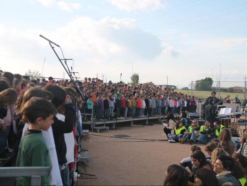 Un momento de la cantada amb els 800 escolars a l'escenari G.FREIXA