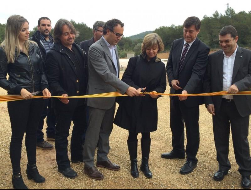 La consellera Meritxell Borràs acompanyada de l'alcalde i altres autoritats en el moment de tallar la cinta.