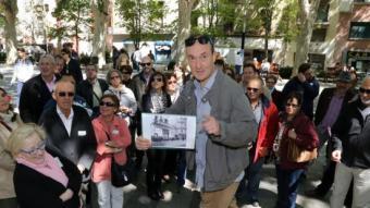 """Nik Duserm ,al centre del grup i donant explicacions durant la parada a la Rambla de la visita guiada """"la Guerra civil a Figueres"""" MANEL LLADÓ"""