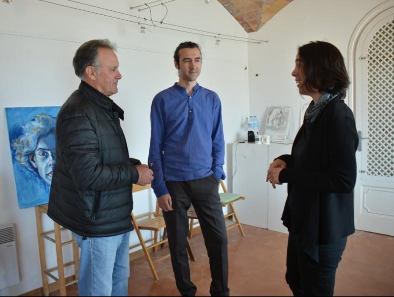 El regidor Rafel López, amb Jofre Casanovas i Elina Cerla, a la Casa dels Forestals R.C