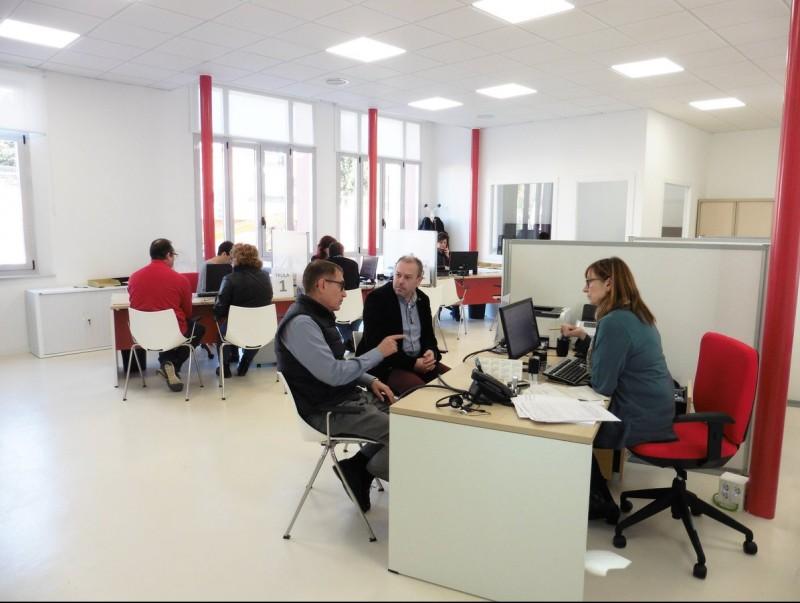 L'Oficina d'Atenció al Ciutadà ocupa una superfície de 120 m² a la planta baixa J.T