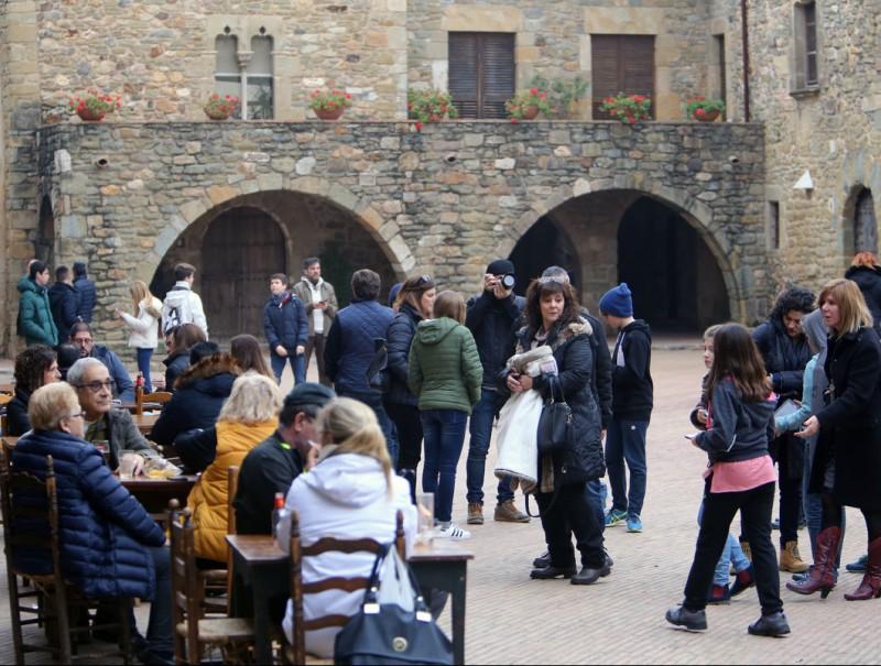 La plaça de Jaume I, a Monells, un dels espais popularitzats amb el rodatge d''Ocho apellidos catalanes ' que es podran recórrer en les rutes de l'Escapada Empordà MANEL LLADÓ
