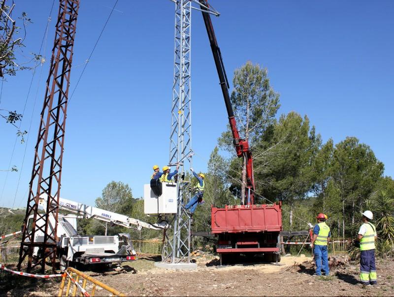 Operaris d'Endesa treballant dimecres en la nova línia del Baix Penedès. J.M.F. / TAEMPUS