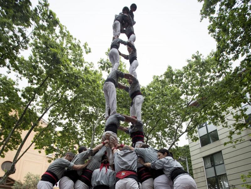El 2 de 8 dels Castellers de Sants també era el primer dels borinots. La pluja va deslluir l'actuació i va restar la presència de públic. ALBERT SALAMÈ