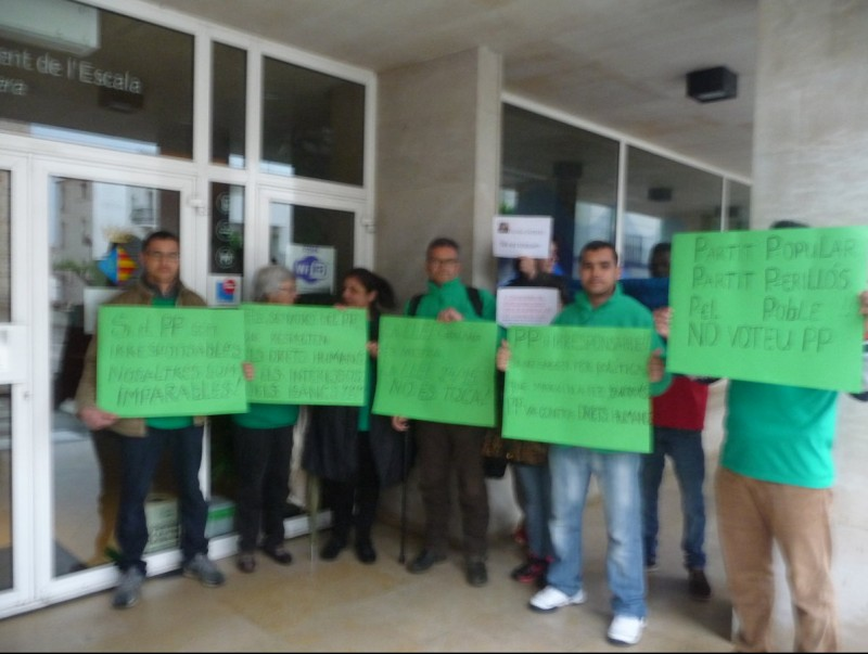 Els representants de la PAH de l'Escala es van presentar en el ple d'aquest passat dilluns E. C