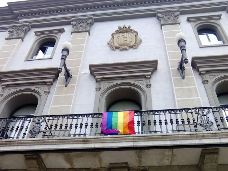 La bandera irisada, al balcó de l'Ajuntament d'Igualada. Òscar López