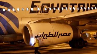 Un membre de seguretat davant un avió d'Egyptair a l'aeroport del Caire REUTERS