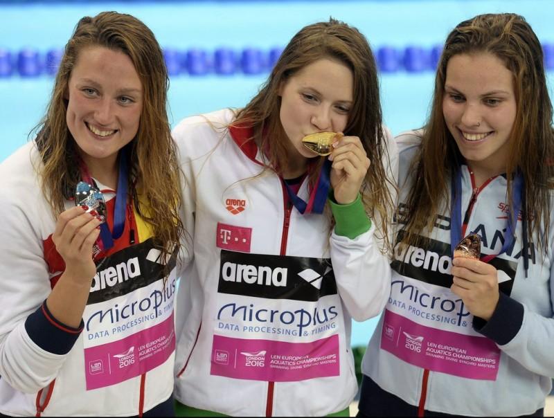Belmonte, a l'esquerra, amb l'hongaresa Kapas (centre) i la gallega Maria Vilas (dreta) EFE